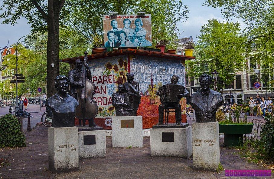Praça no bairro de Jordaan, hoje repleto de artistas. A sorveteria que mencionamos fica do lado dessa praça.