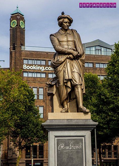 Rembrandt Platz, com a estátua em homenagem ao pintor.