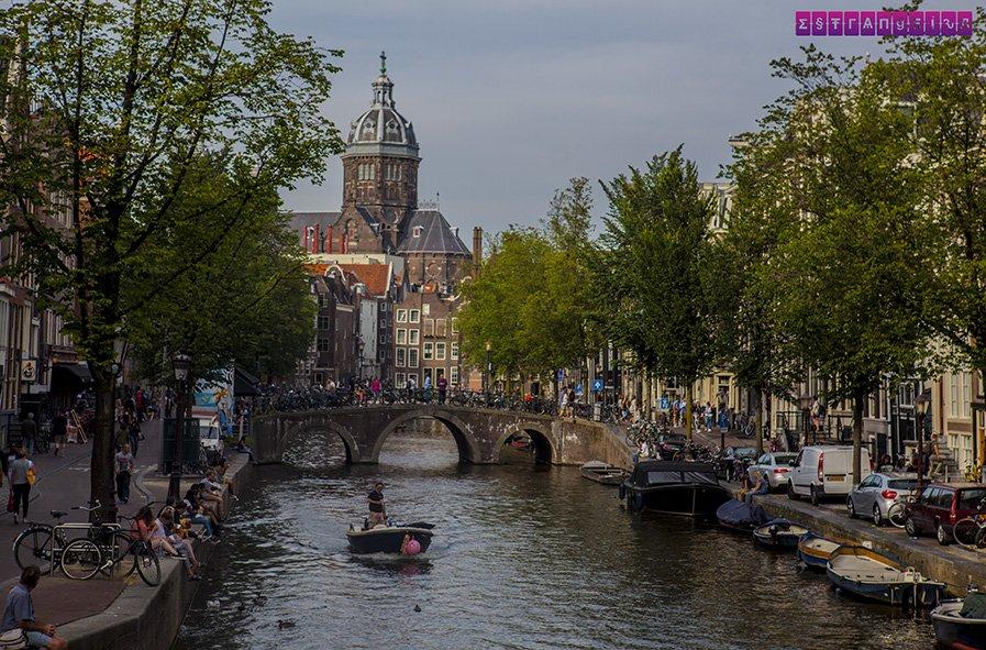 O charme dos canais em Amsterdam.