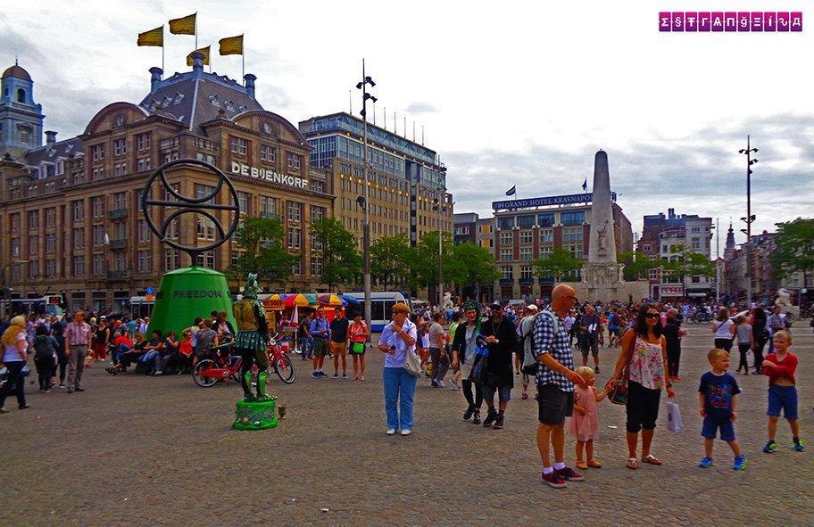 Dam Square é um dos pontos turísticos principais de Amsterdam. Nela ficam o Monumento Nacioanl, um obelisco de 22 metros de altura, o Koninklijk Paleis (Palácio Real), a Niewe Kerk (Igreja Nova) e o Madame Tussauds.