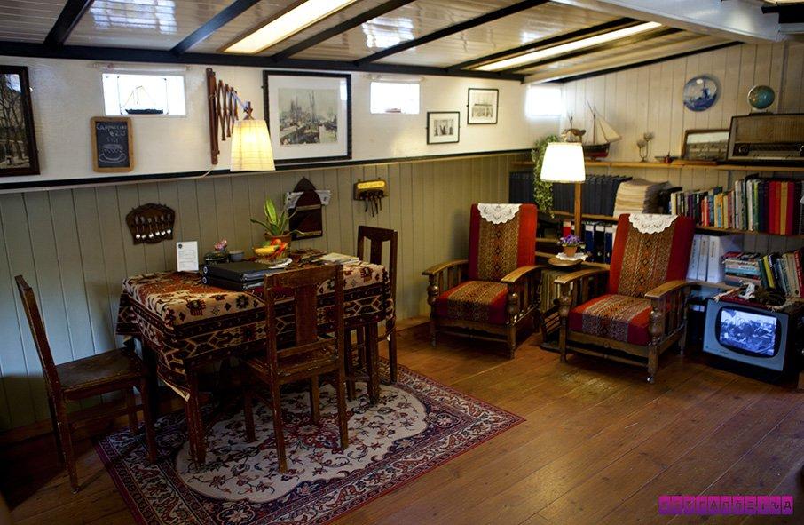 House Boat Museum - dentro de uma casa barco.