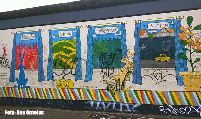 Um trecho da East Side Gallery, uma parte remanescente do muro de Berlim que tem trabalhos de diversos artistas.