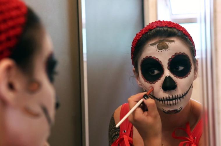 Como fazer maquiagem de caveira mexicana passo a passo - Estrangeira acd8bf9c408