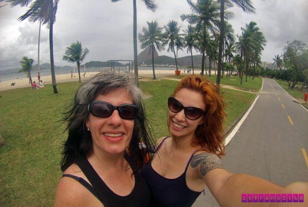 As estrangeiras Fabia e Gabi testam a ciclovia do Rio de Janeiro, com esse visual maravilhoso de fundo.