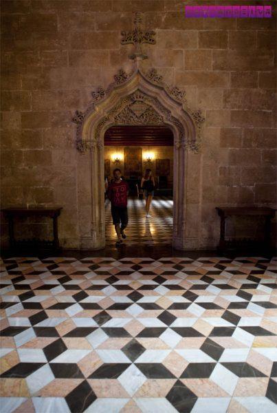 Repare nos padrões geométricos da parte interna da Lonja de La Seda, em Valência. Isso é típico da arte Mudéjar!