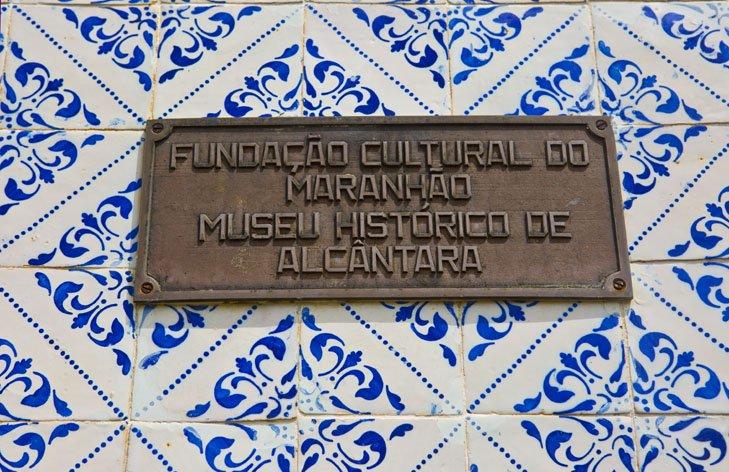 Placa do Museu Histórico de Alcântara - repare nos azulejos!