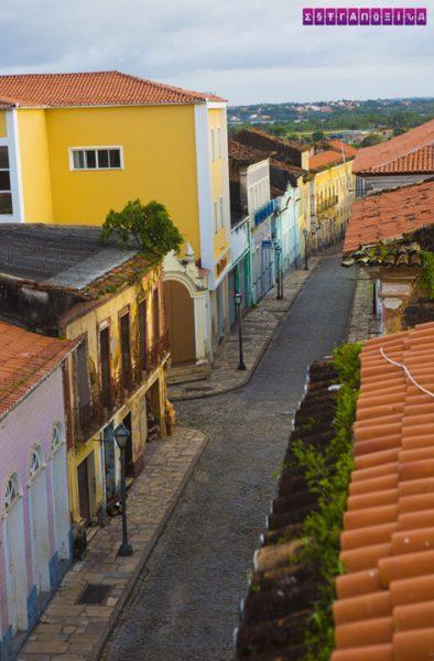 A rua da Pousada Colonial vista do último andar.