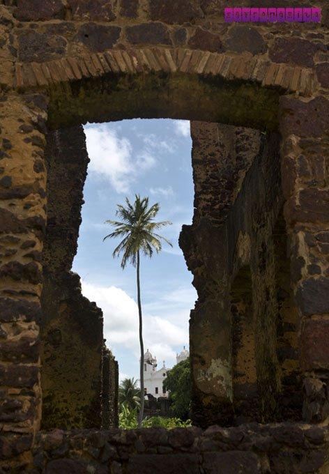 As ruínas estão por toda parte, lembrança do passado colonial.
