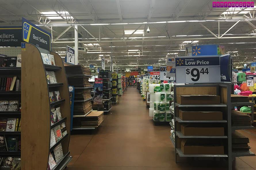 Um dos corredores do Walmart que eu visitei, em Kissimmee.