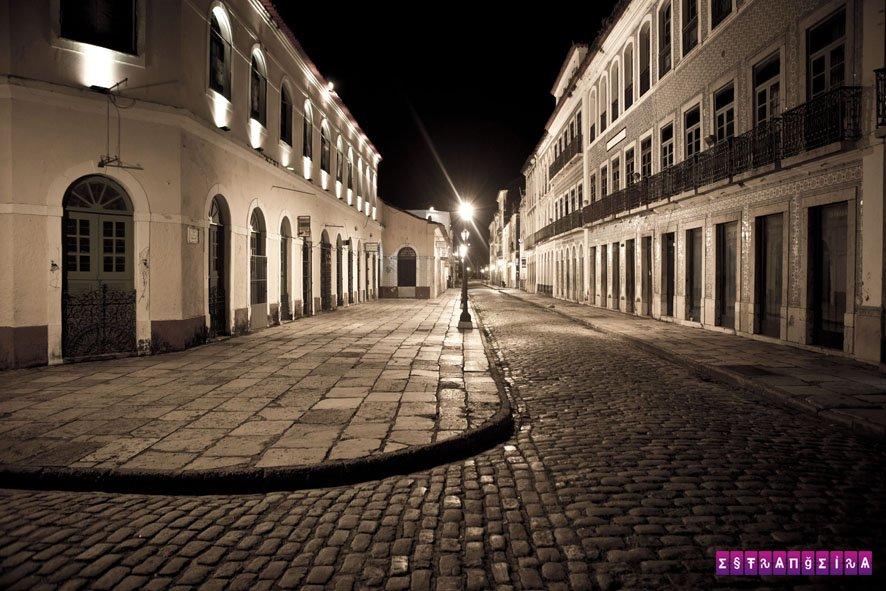 A Rua Portugal à noite. Notem que não tem um papel no chão.