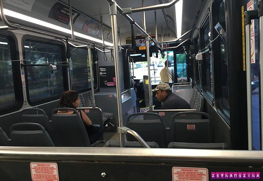 Interior de um ônibus Lynx em Orlando.