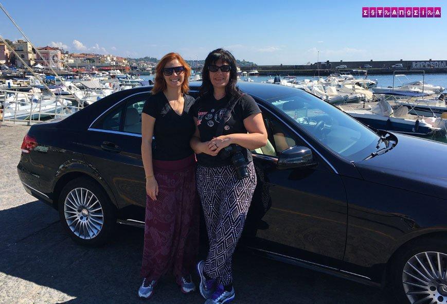 As estrangeiras e a super confortável Mercedes em Aci Trezza