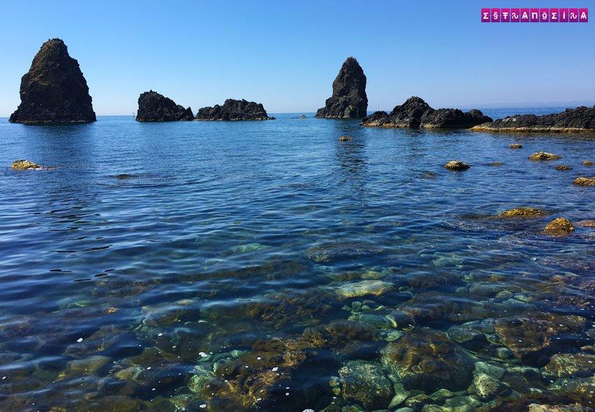 A praia é formada por pedras vulcânicas e não tem nenhuma areinha para você colocar seu guarda sol rs