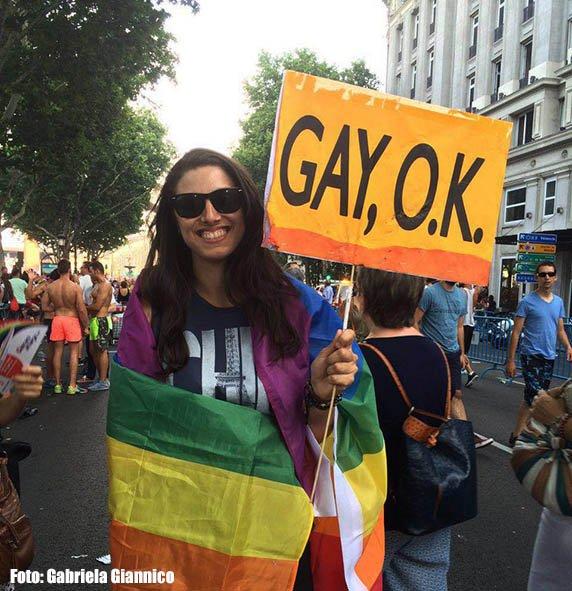 É ok ser gay! (Na foto nossa amiga Gi Maiuri na Parada LGBT de Madrid)