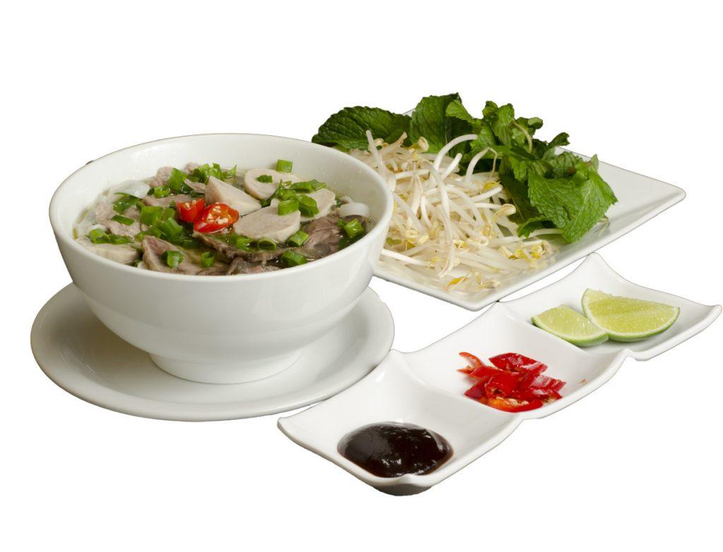 Phở - Talharim de arroz com carne finamente fatiada, bolinho de carne, cebolinha em caldo especial, acompanha mix de salada, molho de soja, limão e pimenta - foto oficial site Miss Saigon