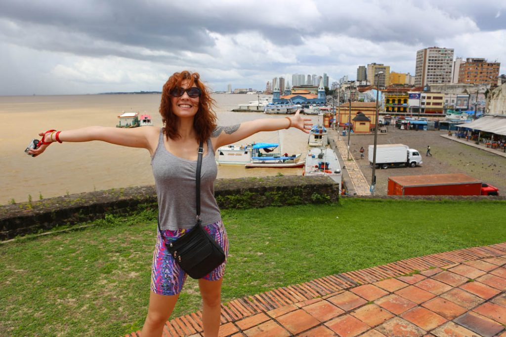 Gabi se sentindo a dona do mundo no Forte do Presépio! O centro de Belém do Pará ao fundo.