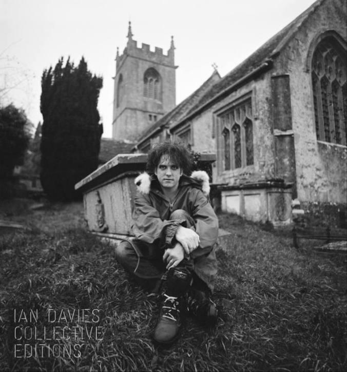 Robert no pequeno cemitério de St Catherine's Court´s. Foto de Ian Davies.