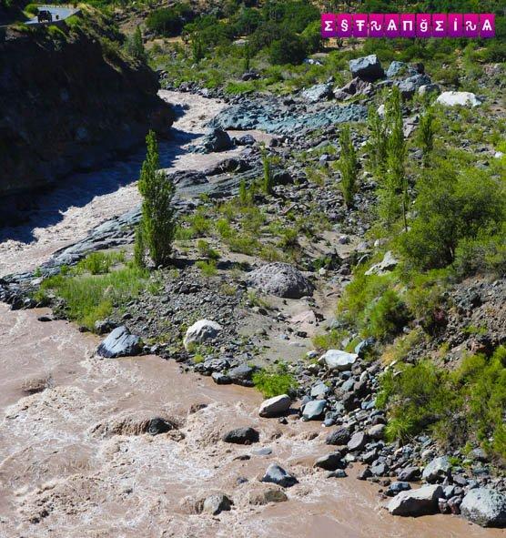 O rio Mapocho passa pelo Cajón del Maipo e chega depois à Santiago.