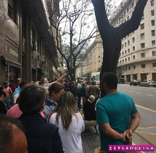 Fila na Parada 0 para pegar o ônibus logo de manhã.