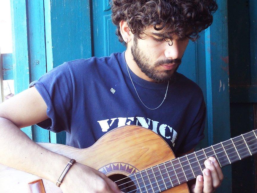 Uma pausa no trabalho para o Lyhan dar uma palinha do que ele e seus amigos vão tocar no El Mago. Foto: Renan Fávila.