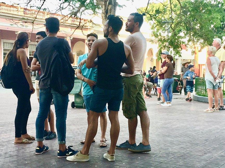 No Parque Vidal, em Santa Clara, grupos de amigos se reúnem pra passar o tempo conversando super à vontade. Foto: Renan Fávila.