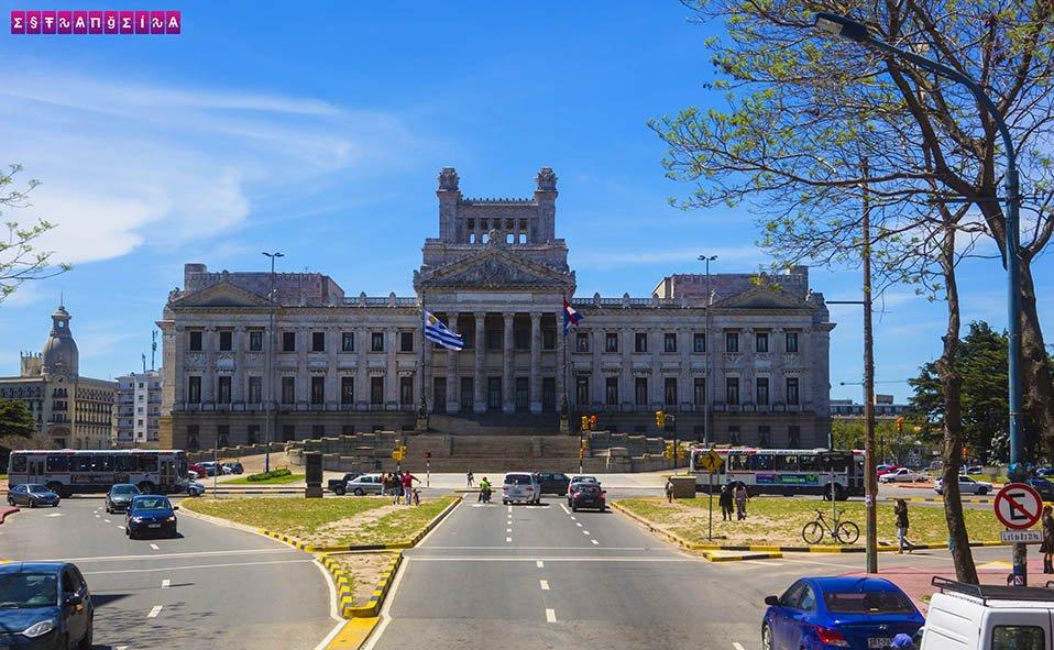 O imponente prédio do Parlamento chama a atenção. Que tal uma visita guiada?