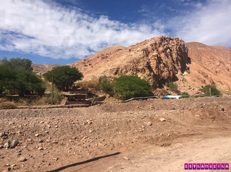 Em cima dessa montanha está o antigo forte dos Lickan Antay, Pukará de Quitor.