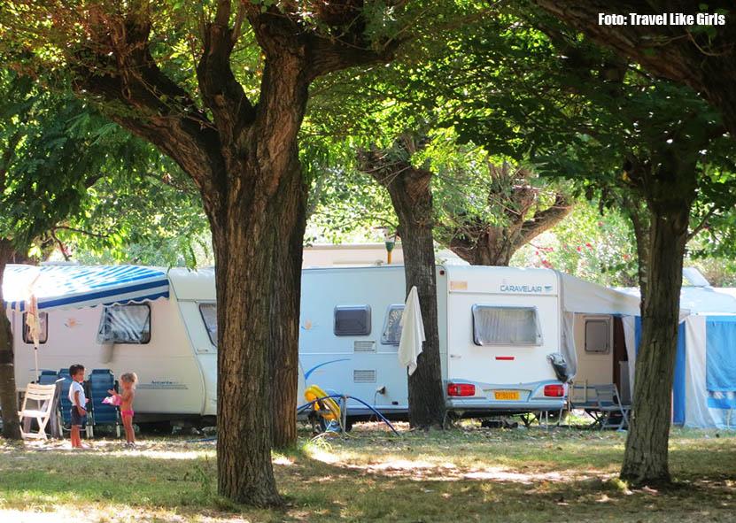 O camping com vários amigos