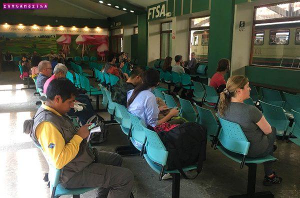 Sala de espera na estação de trem de Aguas Calientes