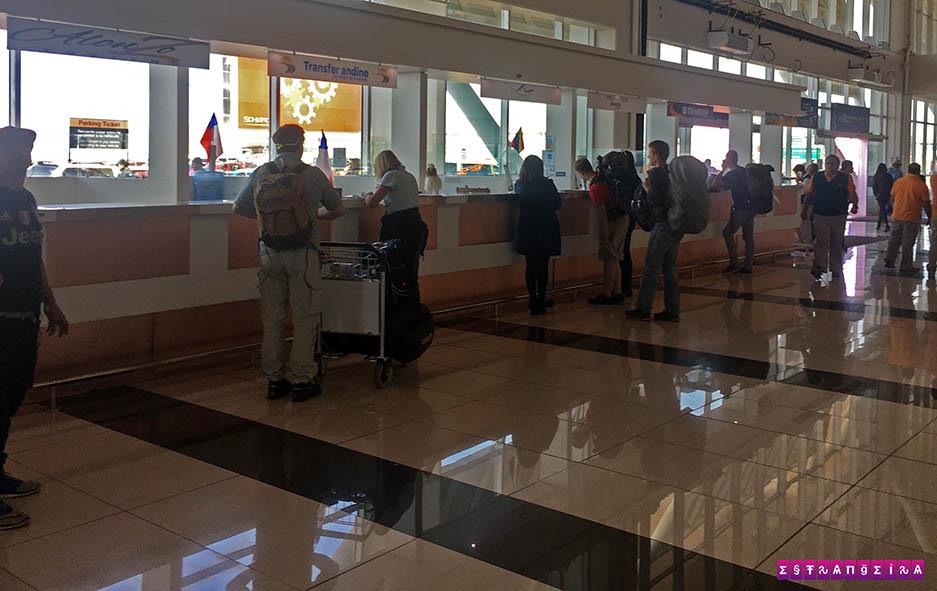 Os guichês das empresas que oferecem transfer até San Pedro
