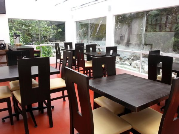 Área das mesas na Casa Machu Picchu, com vista para o Rio! Foto: Casa Machu Picchu / Booking.com