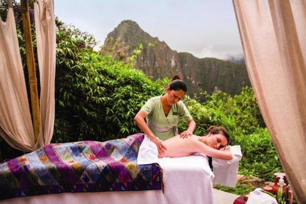 Massagem com a vista mais sensacional do mundo... nóis é pobre, mas deixa nóis sonhar, né? Foto: Belmond Sanctuary Lodge / Booking.com