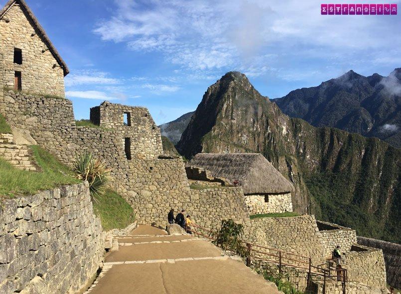 Nessa foto você pode ver as casinhas da vila inca conservadas e, ao fundo, a montanha de Huayna Picchu.