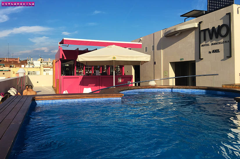Piscina e bar no Hotel Two by Axel Barcelona