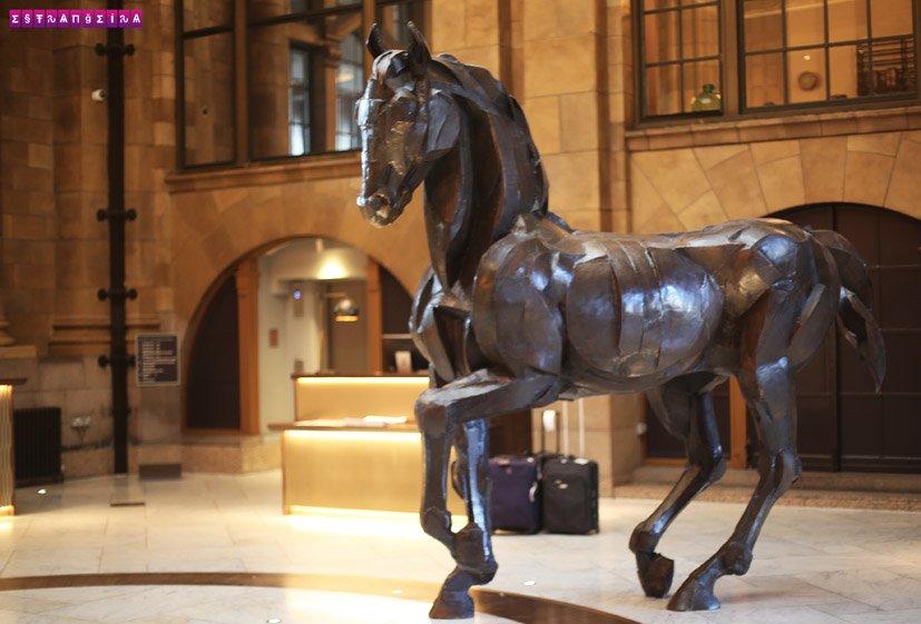 the-principal-manchester-hotel-hall-recepca-escultura