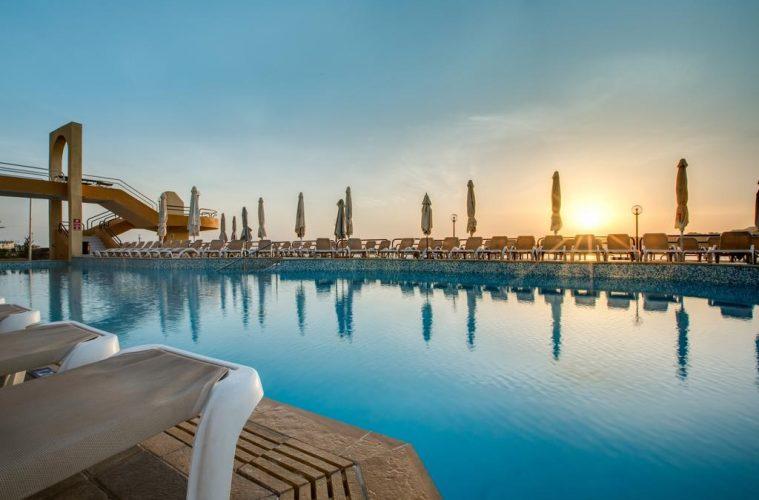 onde-ficar-em-malta-hotel-resort-piscina