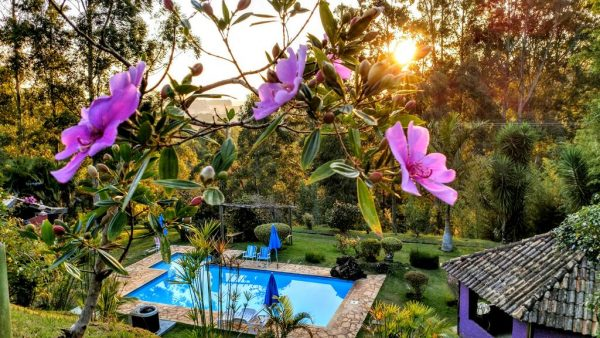 viagens-zen-no-brasil-spa-holistico-luz-e-paz-piscina-jardim