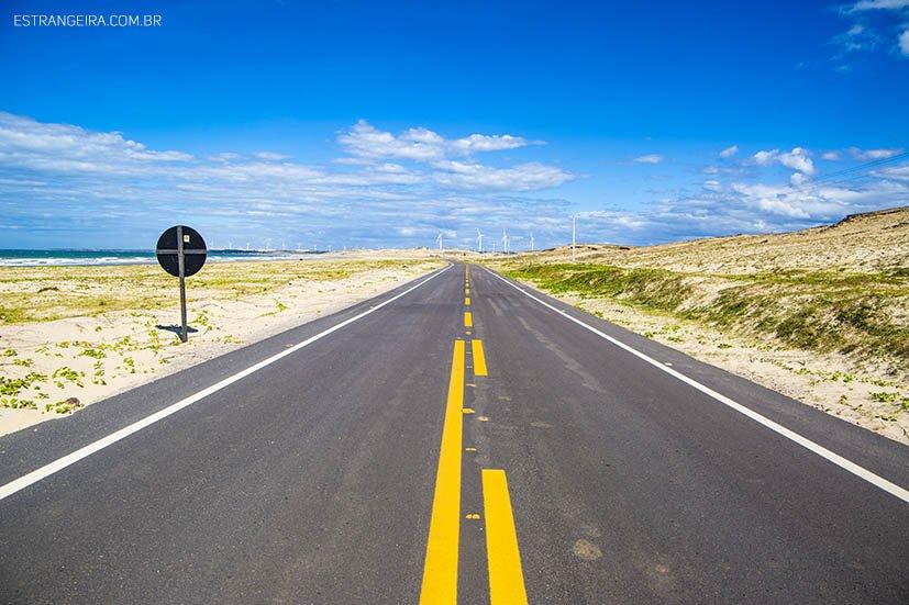 estrada deserto em meio a areia