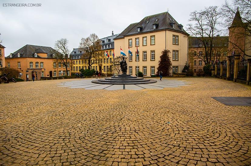 praça Clairefontaine com piso de pedra