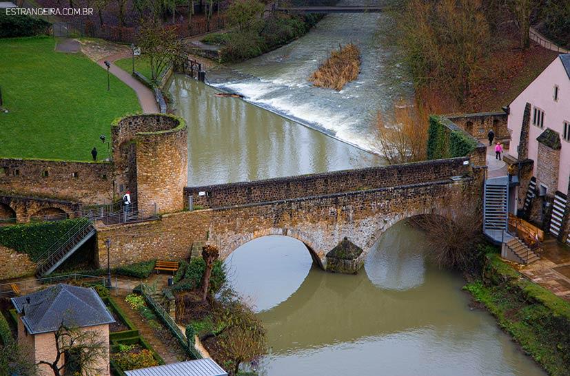 ponte de pedra sobre rio