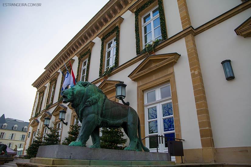 Escultura de leão em frente a prefeitura