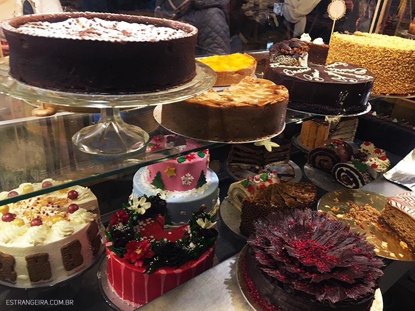 vitrine com bolos bonitos
