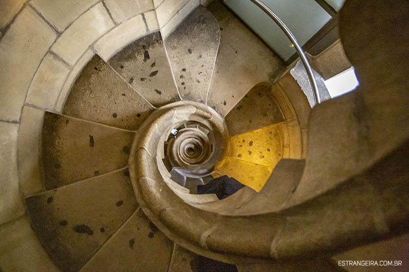 torres-sagrada-familia-barcelona-escada-curva